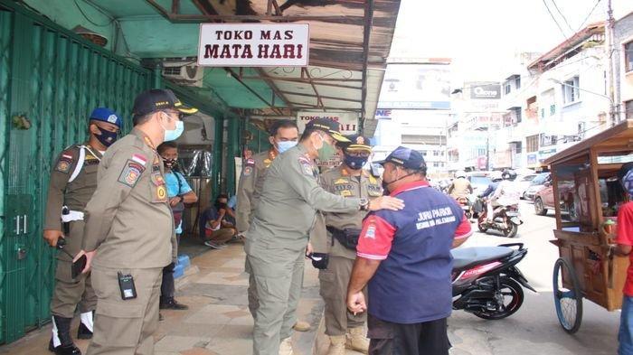 Satpol PP Sumsel Sisir Pedagang dan Warga tak Pakai Masker di Pertokoan Beringin Janggut Palembang