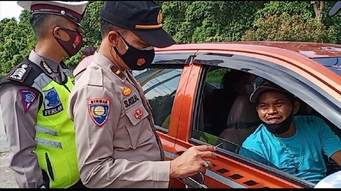 Mobil Plat Lampung Terobos Pos Penyekatan Simpang Batumarta OKU, Sopir Gugup Nyaris Tabrak Pompa BBM