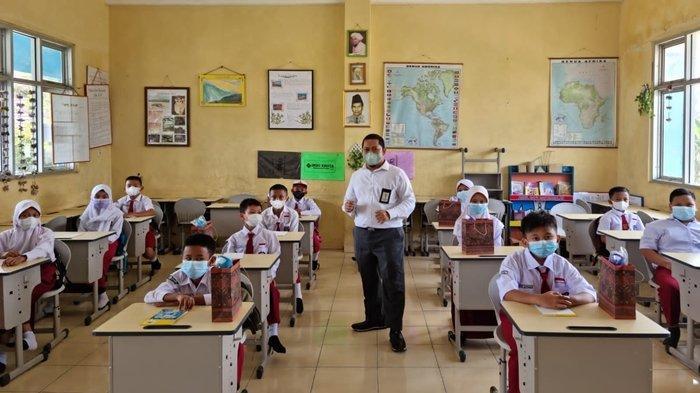 PLN Ingatkan Pelajar SD di Kalidoni Palembang untuk Tidak Bermain Layangan di Sekitar SUTT/SUTET