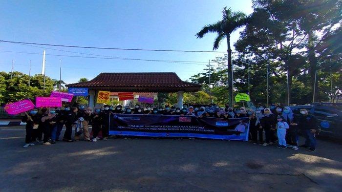Sosialisasi Bahaya Narkoba dimulai dengan upacara di Griya Agung hingga berjalan kaki dengan cara long march dari Griya Agung sampai Taman Kambang iwak (KI) sebagai tanda Peringatan Hari Anti Narkoba Indonesia
