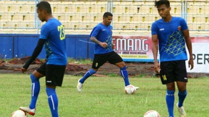 Striker anyar Sriwijaya FC, Alberto Goncalves (tengah) menggiring bola bersama Marsel dan Cakra pada latihan di Stadion Bumi Sriwijaya Palembang.