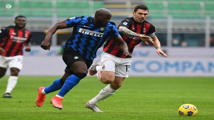 Striker Inter Milan Romelu Lukaku saat berhadapan dengan Bek AC Milan Alessio Romagnoli, dalam pertandingan antara Inter Milan vs AC Milan, Minggu (21/2/2021) dini hari WIB. Dalam laga lanjutan Serie A tersebut, I Nerazzurri berhasil membungkam AC Milan dengan skor 3-0.