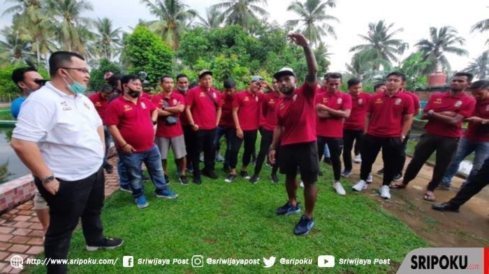Striker Sriwijaya FC Mario Albertho Aibekob (depan) diminta menyampaikan cerita lucunya pada acara perpisahan libur tim di Kolam Pemancingan Numa Garden Resto, Pasir Putih Km 17, Banyuasin, Minggu (25/10/2020) sore.