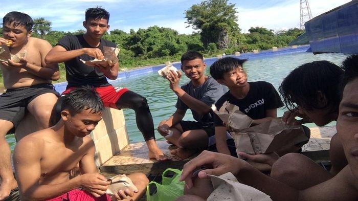 Hilangkan Penat Latihan, Striker Sriwijaya FC Muhammad Irman Recovery Berendam Bareng di Sungai