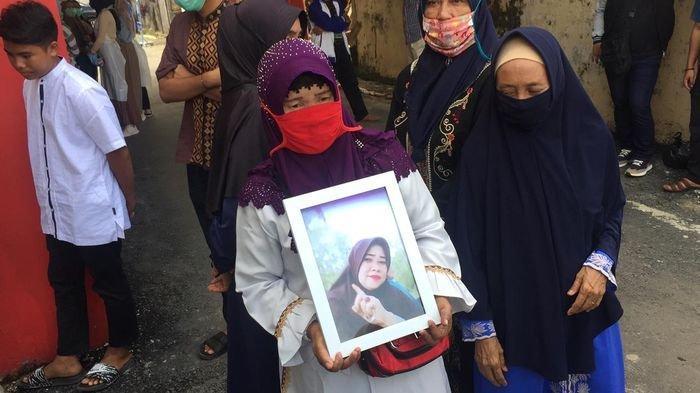 Tangis Pecah, Kakak Yuyun Guru di Banyuasin Tewas Dibunuh, Saksikan Jenazah Adiknya Dibungkus Kafan