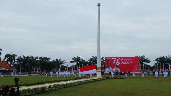 Suasana penaikan bendera merah putih di lapangan Griya Agung Palembang, sebagai petugas pengibar bendera yaitu, I Nyoman Ananta asal OKU Timur, Muhammad Rafindo asal Baturaja, dan Fatham asal Sekayu, pada Upacaraperingatan Hari Ulang Tahun (HUT) Republik Indonesia RI) ke-76, Selasa (17/8/2021).