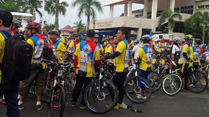 3000 Peserta Funbike Indomaret Sripo-Tribun Tumpah Ruah di Halaman DPRD Sumsel