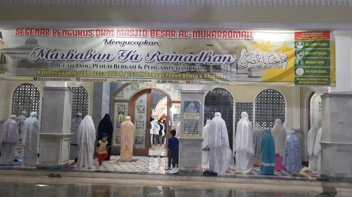 Suasana salat tarawih di Masjid Besar Al Mukarromah Cikarang di Jalan RE Martadinata Kecamatan Cikarang Utara, Kabupaten Bekasi pada Senin (12/4/2021) malam.