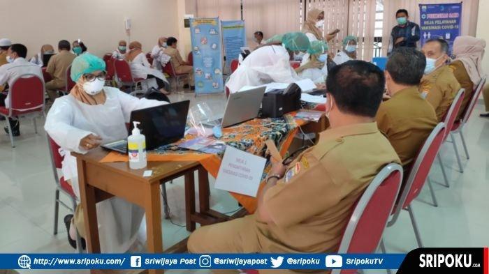 Suasana vaksinasi Covid-19 bagi OPD dan guru di Disdik Palembang, Senin (8/3/2021).