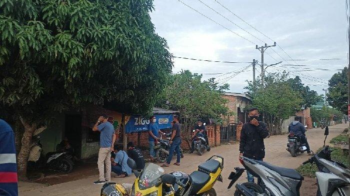 Cerita Anton Sudah 3 Hari Berburu Nomor Antre Vaksin di Puskemas Gandus : Warga Datang Sejak Subuh