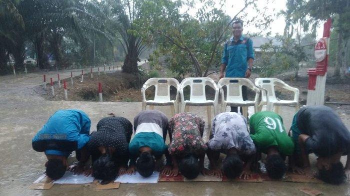 Kabupaten Muba Diguyur Hujan, Sejumlah Warga Lakukan Sujud Syukur
