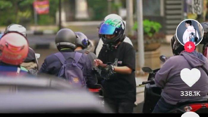 Viral, Tunggangi Ninja H2, Sultan di Bandung Bagikan Uang ke Pemotor di Lampu Merah : Bantuan PPKM