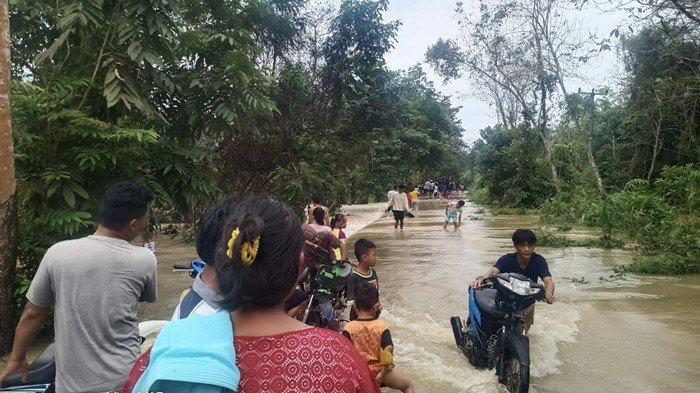 Pengguna Jalan Terpaksa Dorong Motor: Curah Hujan Meningkat, Sungai Langgaran di Muba Meluap