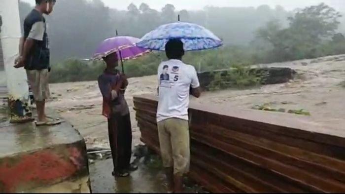 Sungai Meluap Kapolsek Ulu Ogan Iptu Edi Hernata dan Jajaran Siaga, Begadang Sampai Pagi