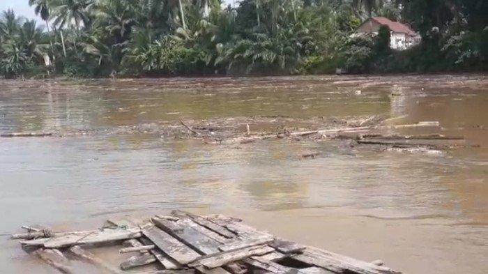 Puluhan Balok Kayu Hanyut, Sungai Rupit - Rawas di Muratara Dipenuhi Sampah Kayu dan Bambu
