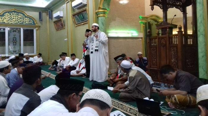 Syaikh Anas Khair Sampaikan Penderitaan Umat Islam Palestina di Masjid Al Munawaroh Maskarebet