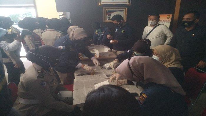96 Polwan di Palembang Bergantian Masuk Kamar Mandi Polrestabes Palembang Sembari Bawa Botol