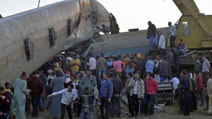 MENGERIKAN, Kereta Melaju Tanpa Masinis dan Asisten, Tabrakan Frontal, Gerbong Terpental ke Udara