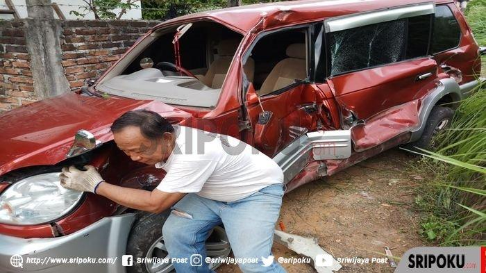 KA Babaranjang Tabrak Mobil Mitsubishi Kuda di OKU, 4 Penumpang Luka-luka