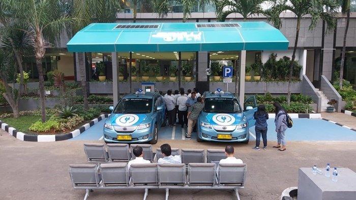 Tampak dua unit kendaraan listrik berbahan bakar listrik, dan pihak PLN memastikan telah siap menyediakan listrik untuk pemilik kendaraan listrik