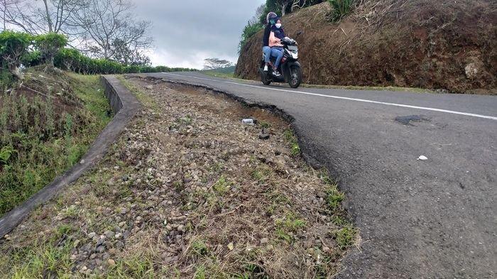 Lubang Menganga di Jalan Menuju Objek Wisata Gunung Dempo, Kondisinya Mengkhawatirkan