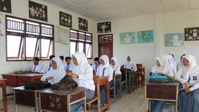 Siswa SMAN 1 Muara Belida Numpang Belajar di Kantor Kades