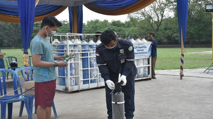 Tampak salah satu warga yang datang ke posko pasokan oksigen terletak di Lapangan Golf Komplek PT Pusri Palembang