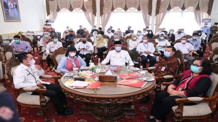Tampak suasana di rumah dinas Walikota Palembang, saat duduk H Harnojoyo (tengah) didampingi Sekda Kota Palembang Drs Ratu Dewa MSi paling kiri yang juga sebagai Ketua Percepatan Akses Keuangan Daerah (TPAKD), Kepala OJK Regional VII Sumbagsel Untung Nugroho, serta stakeholder dan penerima UMKM.