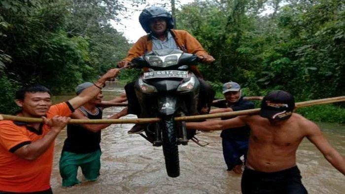 Saluran Sungai Dipenuhi Sampah, Jalan Padat Karya Desa Bengkuang Banyuasin Banjir 1 Meter