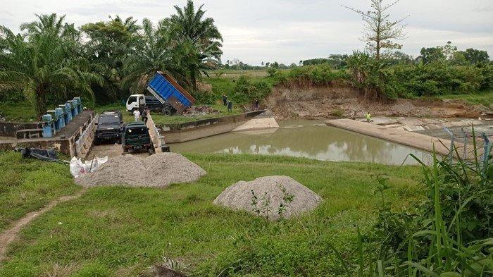 Tanggul Irigasi di Desa Kurungan Nyawa OKU Timur Jebol, Alat Berat Mulai Dikerahkan