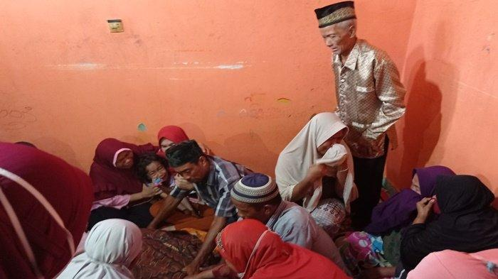 Sambut Kedatangan Jasad Fakri Nuzadilah, Keluarga Menangis Histeris, Ibunda Syok Lihat Jasad Anaknya
