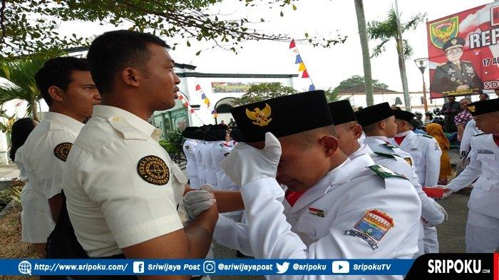 Tangis Anggota Paskibraka Palembang Pecah Setelah Sukses Kibarkan Bendera di Pelataran BKB Palembang