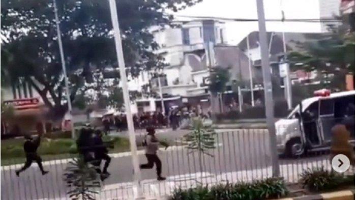 Viral Ambulans Dibawa Kabur saat Demo, Dihadang dan Dihujani Gas Air Mata Oleh Polisi, Ini Terjadi