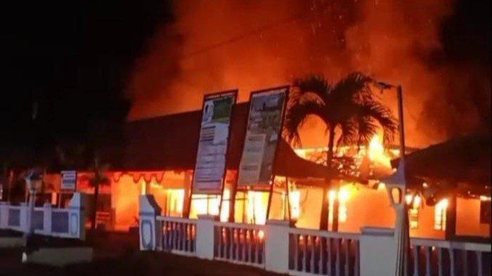 Kebakaran di OKU Timur, Warga Panik Kantor Desa Batumarta Ludes Dilalap Api