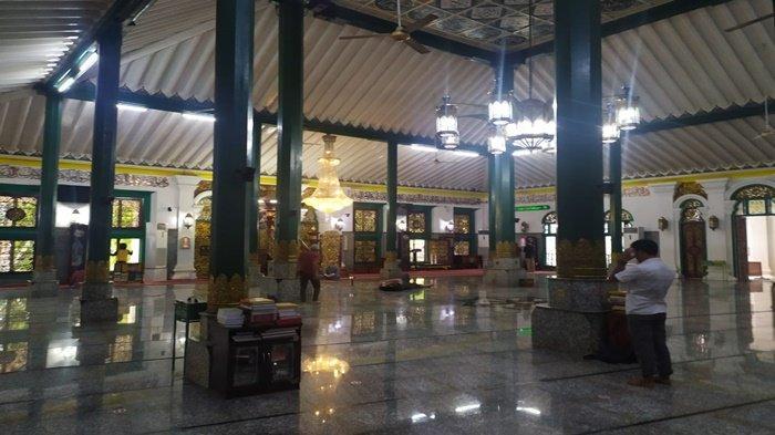 Pertahankan 23 Rakaat tapi Bacaan Surah Diperpendek, Salat Tarawih di Masjid Agung Palembang