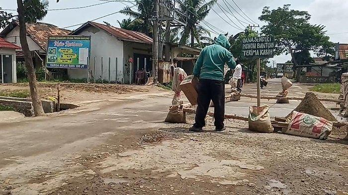 Tak Ada Tanggapan dari Pemerintah Soal Jalan Rusak, Warga Jalan Tegal Binangun Galang Dana Sendiri