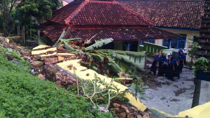 Diterjang Hujan Deras, Tembok Pagar SMPN 1 Muaradua Roboh 25 Meter