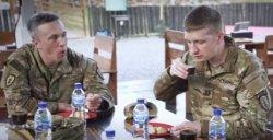 Asyiknya Tentara Amerika Makan Pempek Sambil Ngirup Cuko di Palembang : Ini Enak
