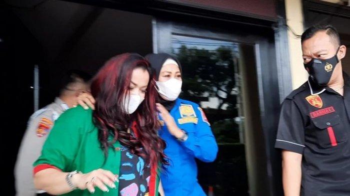 Tersangka Jennifer Jill di Polres Jakarta Barat, Kamis (18/2/2021). (KOMPAS.com/BAHARUDIN AL FARISI)