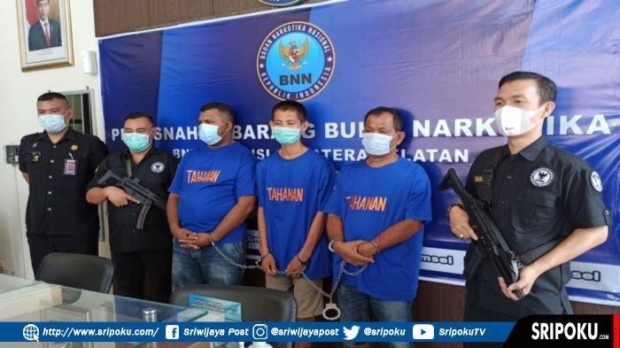Tersangka kasus sabu-sabu yakni Saiful Bahri (39, ketiga dari kiri) merupakan mantan anggota dewan di Aceh bersama Lekat (27) dan Suhaimi (56) diamankan di BNNP Sumsel, Rabu (3/3/2021).