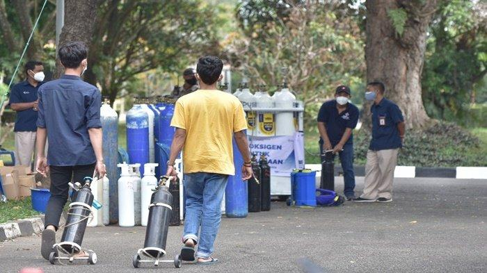Tetap mejaga prokes covid, masyarakat silih berganti mendatangi posko pengisian tabung oksigen gratis, yang disediakan oleh PT Pusri Palembang, beralamat di Lapangan Golf Komplek PT Pusri Palembang