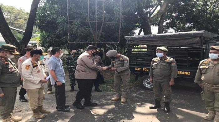 Kapolrestabes Palembang, Kombes Pol Irvan Prawira Satyaputra memberikan reward kepada tiga anggota Satuan Polisi Pamong Praja (Satpol PP) Kota Palembang yakni, Wahyu, Affandi, dan Alison atas bantuan dalam menyelamatkan anggota Satlantas Polrestabes, Bripka Ridho Oktonardo yang menjadi korban penusukan Orang Tidak Dikenal (OTD), saat sedang bertugas di Pos Lantas 418 Jalan Basuki Rahmat, Jumat (4/6/2021)