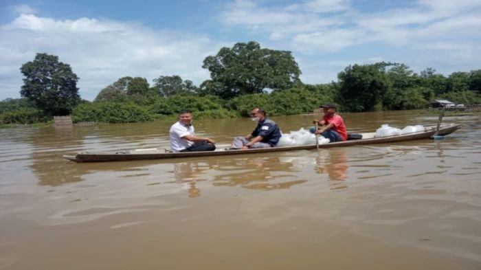 Tim Dinas Perikanan Muba ketika merestocking ikan jelawat di Sungai Pengumbak Desa Petaling Kecamatan Lais Kabupaten Muba, Jumat (8/10/2021).