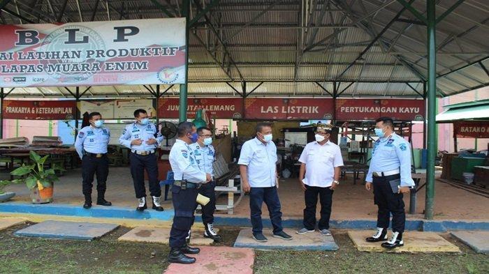 Tim PTBA tersebut dipimpin oleh Asisten Bina Lingkungan dan Komunitas Hartoyo dan rombongan berkunjung ke Lapas kelas IIB Muara Enim disambut oleh Kepala Lembaga Pemasyarakatan Kelas IIB Muara Enim, Herdianto dan staff.