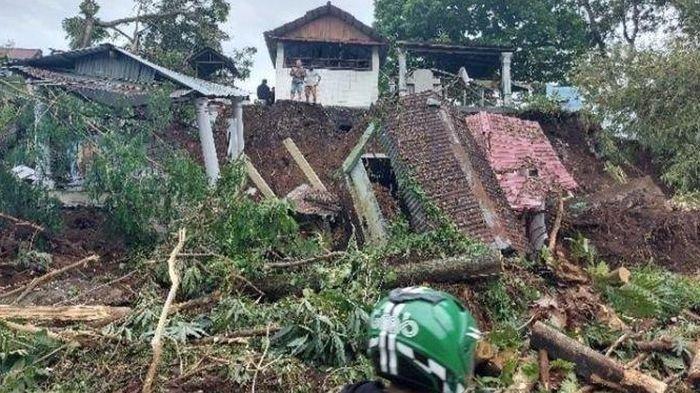 TPU Longsor Akibat Hujan Lebat, Membuat Kerangka Manusia Muncul ke Permukaan Tanah
