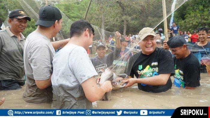 Lestarikan Tradisi Bekarang Warga Batanghari Leko, Dodi Turun Langsung Tangkap Ikan di Danau