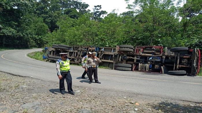 Hindari Tabrakan, Truk Trailer Bermuatan Kontruksi Terguling di Jalan Lintas Baturaja-Muara Enim