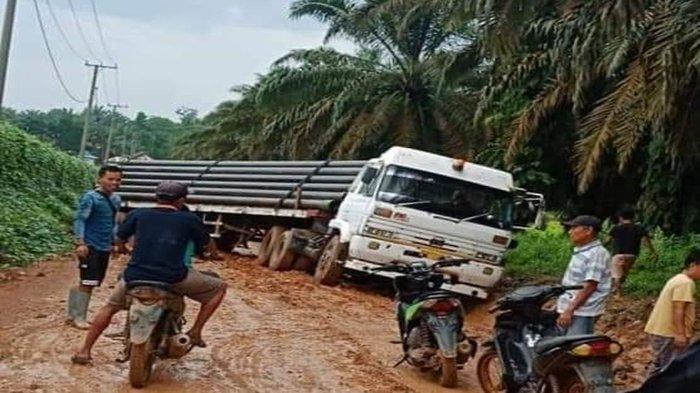 Gara-gara Truk Tronton Melintang di Jalan Poros Rawas Ilir Muratara, Warga Tak Bisa Beraktivitas