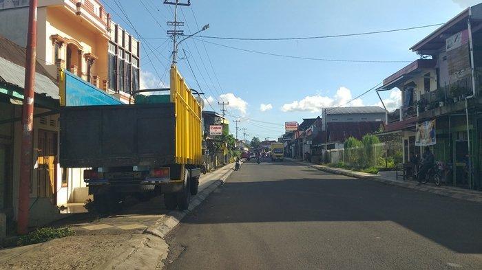 Di Pagaralam Sejumlah Trotoar Jadi Tempat Parkir Truk, Pejalan Kaki Terpaksa 'Mengalah' Dibuatnya