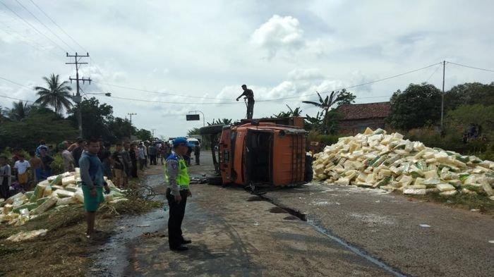 Truk Fuso Bermuatan Mihun Ditabrak Kereta Api, Ribuan Bungkus Mihun Berhamburan di Jalan